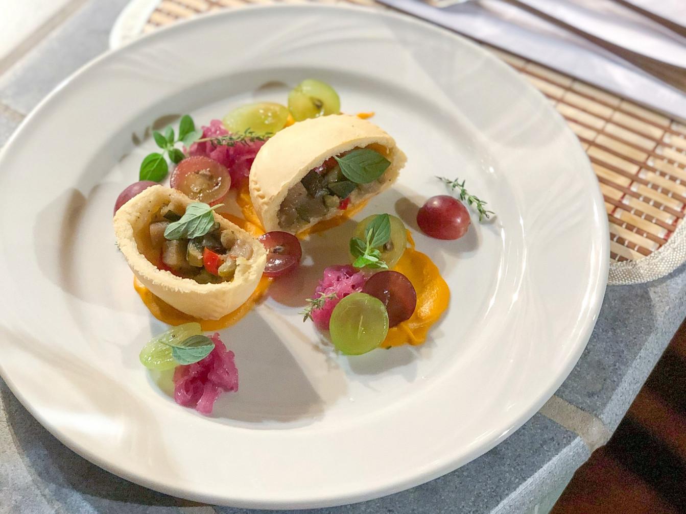 Panada Vegan di verdure, carote alle arance, marmellata di cipolla rossa e uva Cannonau