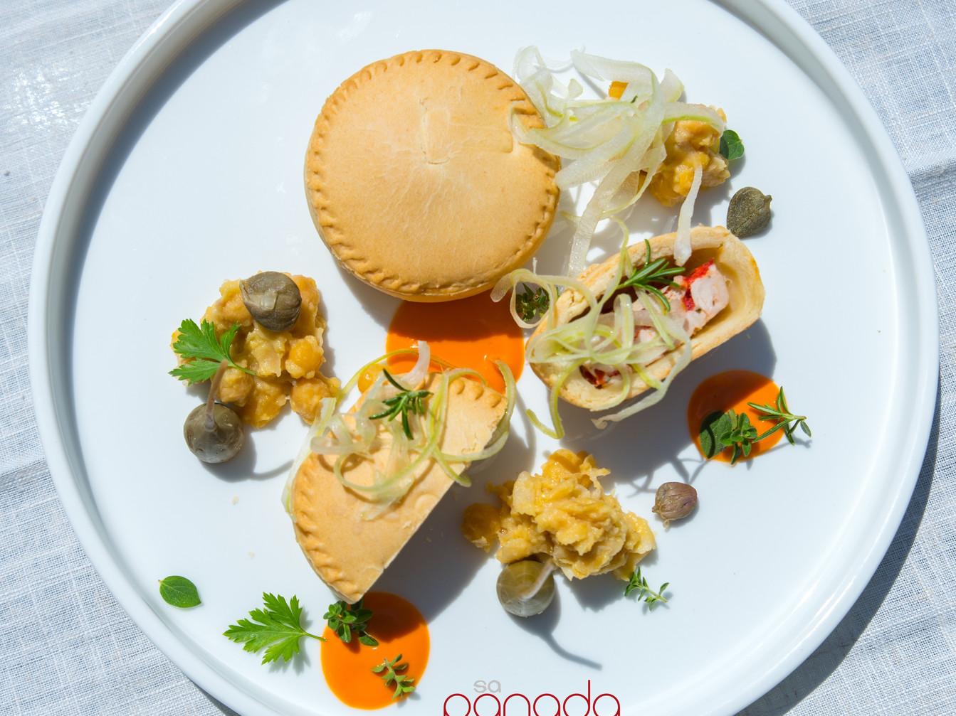 Panada di tacchino e peperoni su gazpacho di pomodoro camone, hummus e sedano croccante