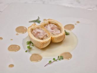 Panada di suino con crema di patata di montagna e porcino nero