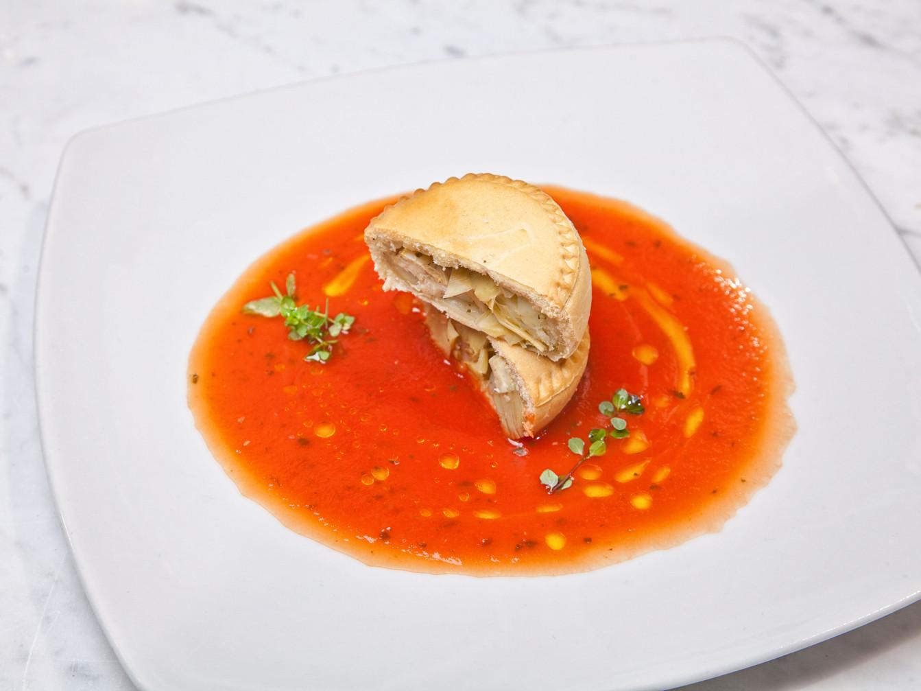 Panada Vegan con carciofi e patate su gazpacho di pomodoro datterino e basilico