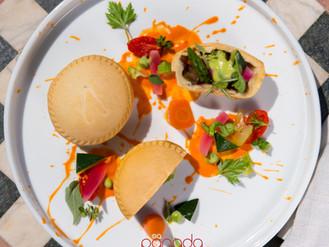 Panada di verdure miste su gazpacho di pomodoro camone e verdurine dell'orto