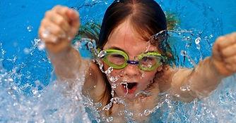 crianca-esporte-natacao-menina-piscina-n