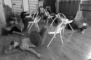 Relaxation avec jambes supportées sur une chaise