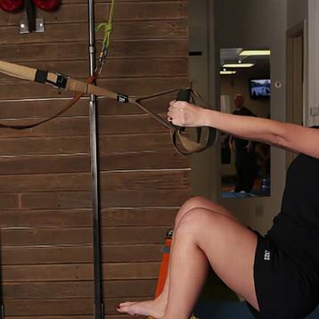 Ana faz exercícios orientada pelo criado