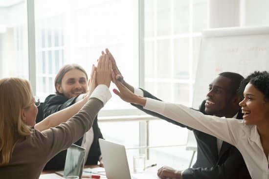 Equipe performante heureuse et efficace au travail