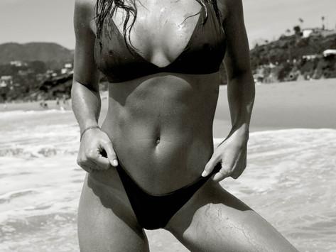 Bikini et Plumes à la Plage