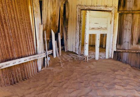 _Y5A0952 Kolmanskop door white web ready