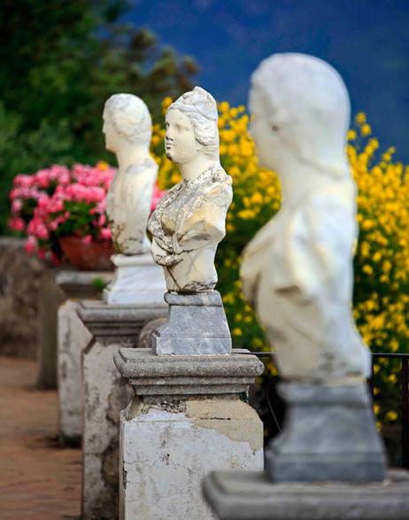 _E7A5864 Statutes at a garden on Amalfi
