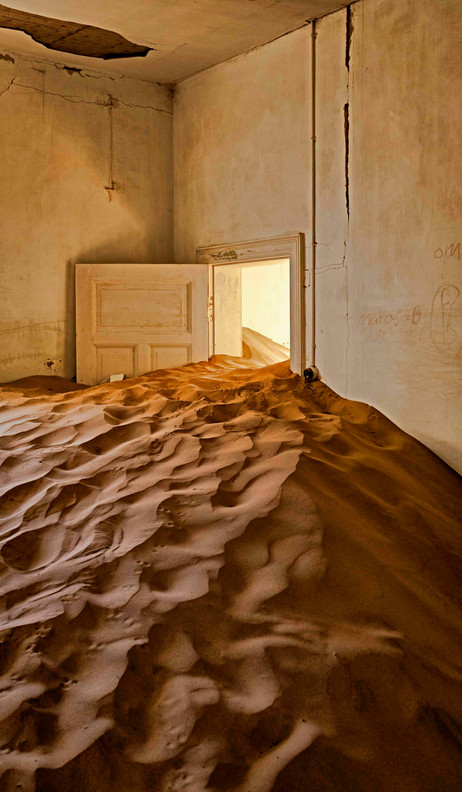 _Y5A1008 White door buried in sand web r