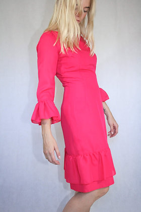 Cerise frill dress. Close fittning. Size XS