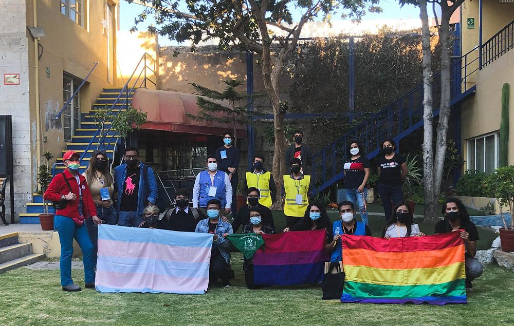 Activistas LGBT en Arequipa sosteniendo banderas lgbt, bisexual y trans