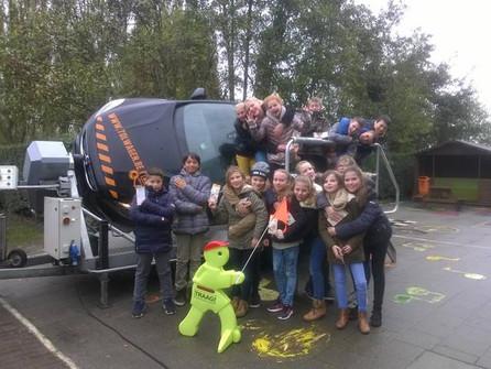 Leerlingen De Regenboog in tuimelwagen