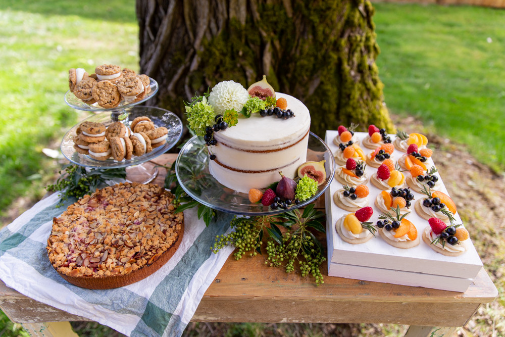 fall dessert table, naked cake with figs, outdoor dinner party dessert ideas