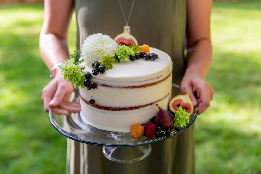 naked cake with figs, flowers, berries, how to decorate a naked cake