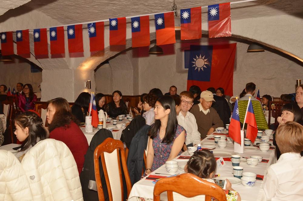 晚宴席間向僑胞報告一年以來聯誼會活動