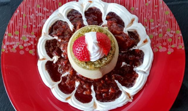 Basilikum Panna Cotta mit Erdbeeren