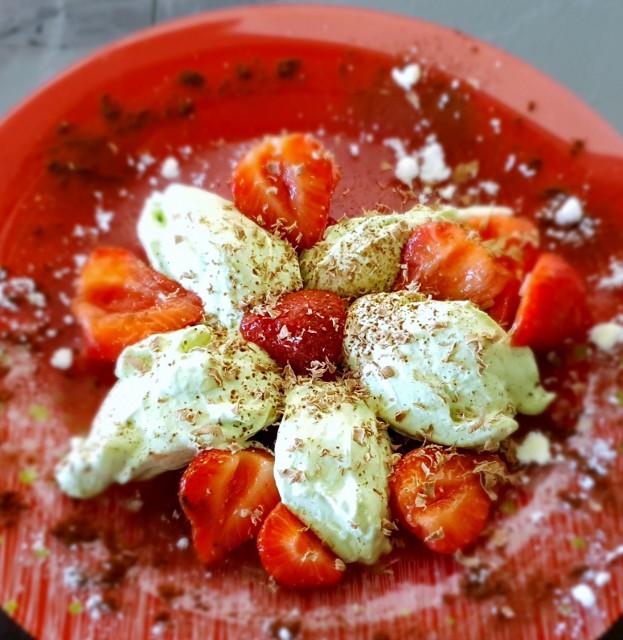 Basilikummousse mit Erdbeeren