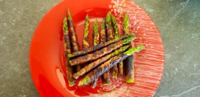 grüner Spargel mit Bacon umwickelt