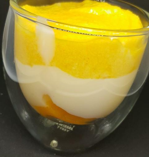 creme mit Fruchtspiegel