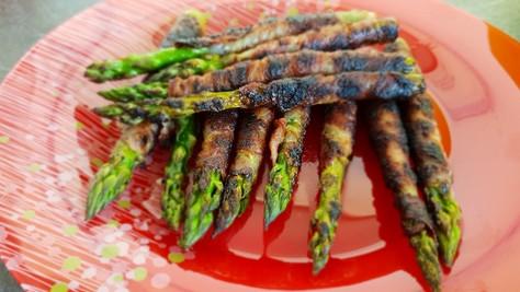 Grüner Spargel im Bacon-Mantel