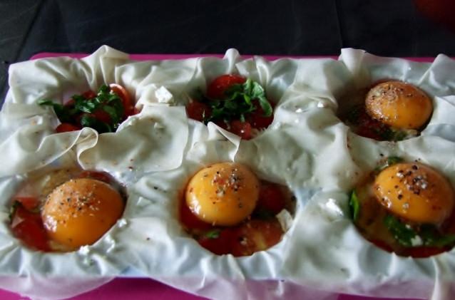Filoteig gefüllt mit Tomaten-Feta-Ei