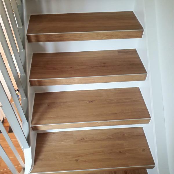 Holztreppe belegt mit Vinyl