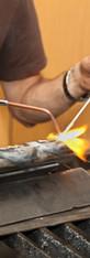 Kunstenaar beeldhouwer werkt op stalen b
