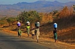 사람_물동이를 인 여인들, 탄자니아, 30.5 x 45