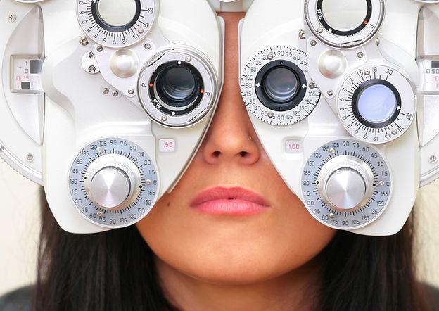 女性の視力検査