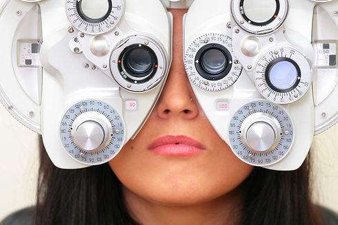 Femme examen de la vue