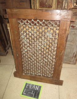 סורג ברזל עם מסגרת עץ