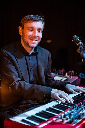 Der Klavierlehrer bei einem Popkonzert am elektrischen Klavier