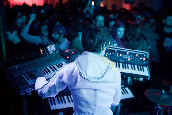 BandDrinnenSynthie+Publikum.jpg