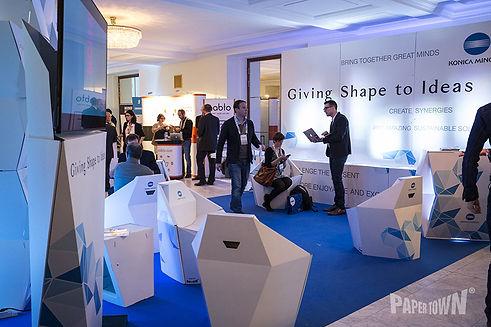 Eine grosse Exhibition-Fläche für Startups, das aus einem einzigen System kombiniert wurde und mehreren Ausstellern über einen längeren Zeitraum die Möglichkeit gab, sich gemeinsam zu präsentieren.