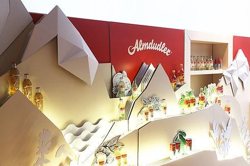 Erschaffung einer Themenwelt als Produktdisplay zur Markteinführung neuer Geschmacksrichtungen des bekannten österreichischen Getränkeherstellers.