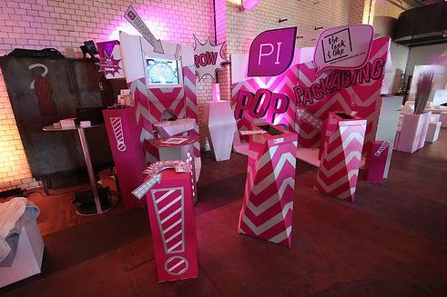 Aus den Komponenten dieser Installation wurde eine Pop-Up Markenwelt geschaffen, die durch verschiedene Kanäle die Inhalte des Kunden in der Interaktion mit den Besuchern vermitteln konnte.