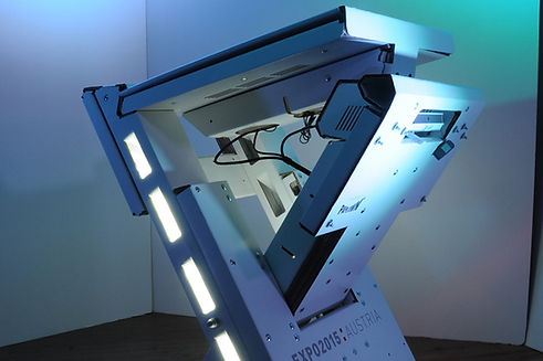 Flexibles Präsentationspult mit eingebautem Touch Screen und Projektor, um den Beitrag Österreichs auf der Expo 2014 auf verschiedenen Standorten zu promoten.