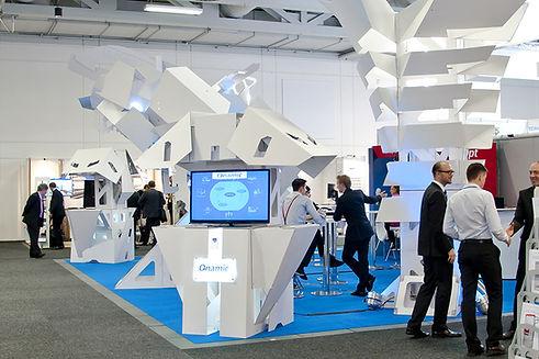 Künstlerische Interpretation verschiedener Zukunfsvisionen zum Thema Mobilität - eine komplette immersive Messelandschaft aus Karton.