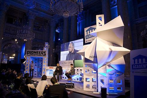 Dynamische, spontane Bühnenkonstruktion als fragmentierte Welt für ein StartUp-Festival