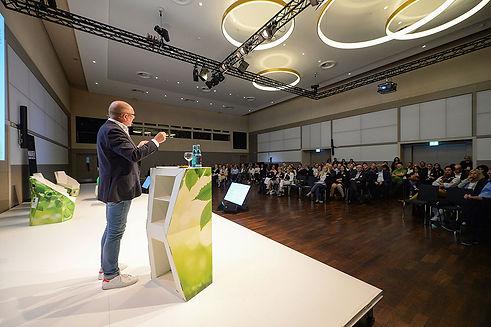 Pult für Vortragende mit austauschbarem Branding für eine Veranstaltung zu ökologischer Nachhaltigkeit im Messebau