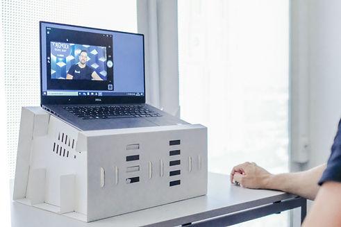 Dieses Laptop Pult inklusive 2 Leuchtstelen ermöglicht eine perfekte Kameraperspektive bei Online Calls.