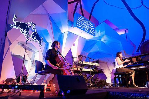 Diese überhängende, dreidimensionale Bühnenkonstruktion gab sowohl den auftretenden Musikern den passenden räumlichen Hintergrund, wie auch die Möglichkeit, die einzelnen Acts durch unterschiedliche Lichtstimmungen passend zu inszenieren.