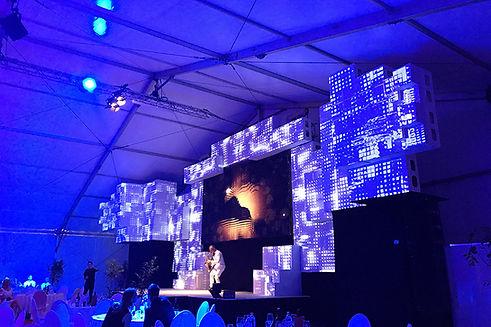 Die 120 Cubes, die für diese gigantische multimediale Bühne verbaut wurden, fanden auf einer einzigen Palette Platz und wurden in weniger als 2 Tagen von 2 Personen komplett montiert.