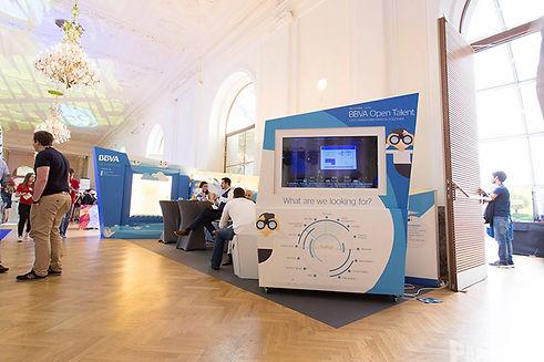 Interaktiver Stand mit mehreren mechanischen Elementen zur Promo einer Startup-Challenge im Fintech-Bereich