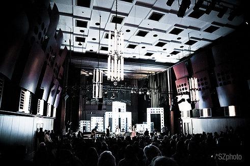 Aus dem Cube-System wurde in kürzester Zeit eine weit sichtbare Bühnenwelt geschaffen, die mit einer dynamischen Lichtinstallation den Rahmen für ein Konzert gab.