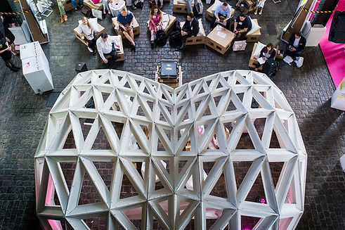 Ein geodätischer Dom, der als Bühne auf verschiedenen Veranstaltungen mehrmals verwendet wurde - eine Landmark mit einer sehr auffälligen Form.
