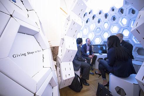 Einbinden des hexagonalen Key Elements als Baustein für eine Exhibition Landschaft, die Innovation, Technologie und die Verbindung aus Vision und Praxis verkörpert.