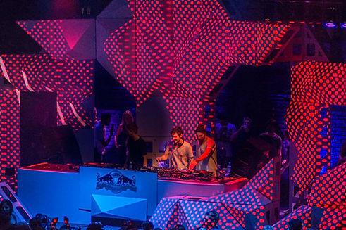 Bühnenkonstruktion aus dem Cube-System mit zusätzlichen polygonalen Verschalungen für 3D Projection Mapping für ein Album Release Konzert