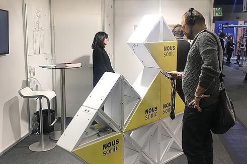 Dieses dreieckige Modulsystem lässt ich magnetisch verbinden und schafft so je nach Platzbedarf ein massgeschneidertes Setting für die Präsentation von Hi-Fi Equipment mit gleichzeitigem Customer Branding.