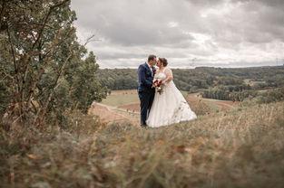 Das Brautpaar allein auf weiter Flur